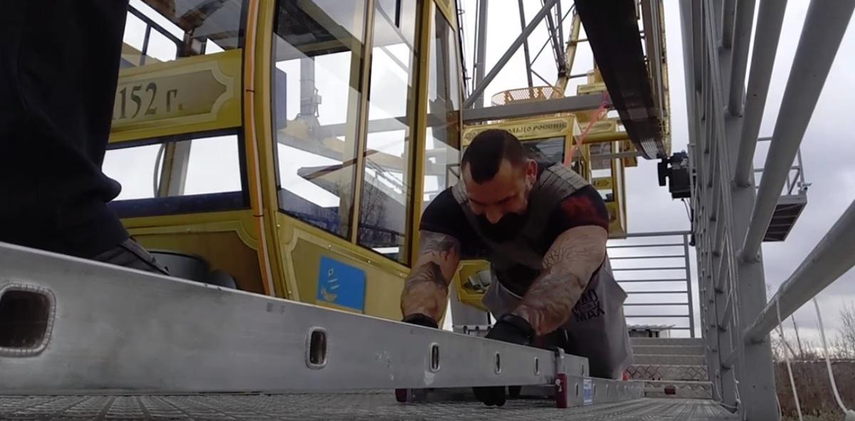 Силачи из Ярославля попытались поставить рекорд и раскрутить колесо обозрения: видео