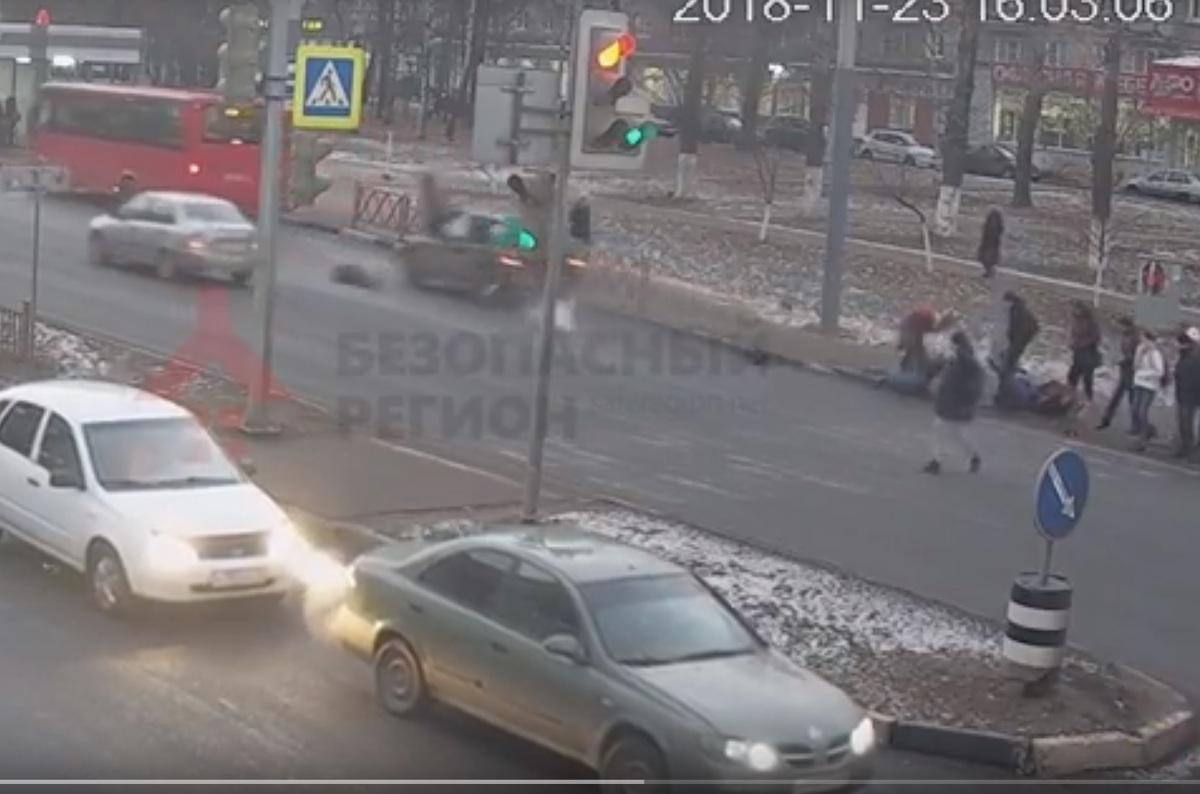Появилось видео, как внедорожник сбил четырех пешеходов и врезался в маршрутку в Ярославле