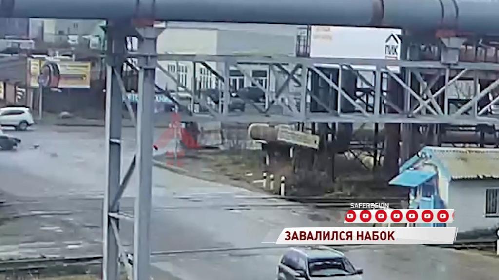 В Ярославле «Газель» перевернулась после столкновения с легковушкой: видео
