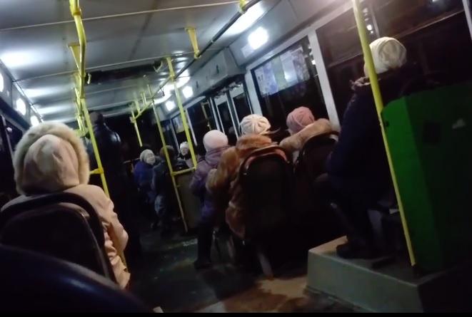 Рыбинские бабушки устроили песенный флешмоб в автобусе: видео