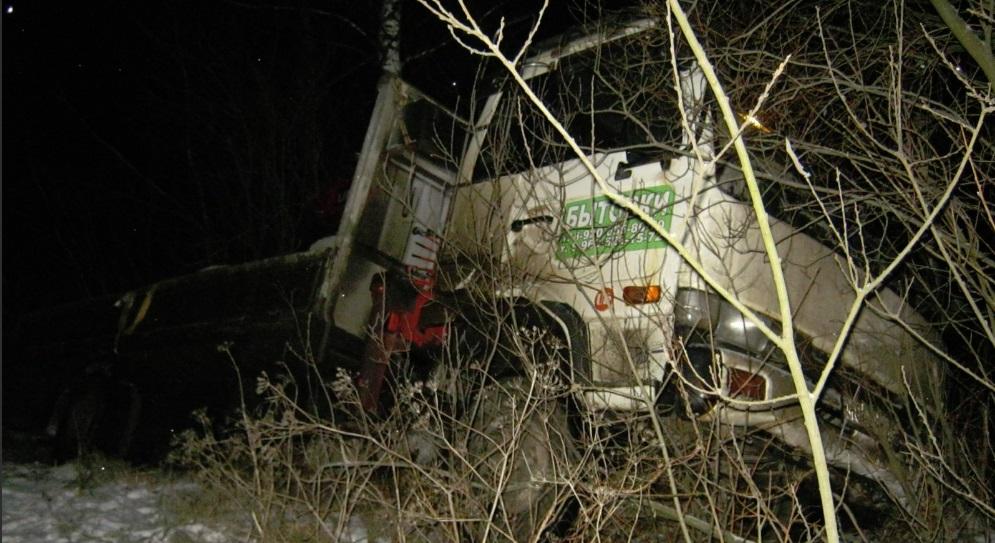Под Ярославлем грузовик вылетел в кювет: погиб водитель