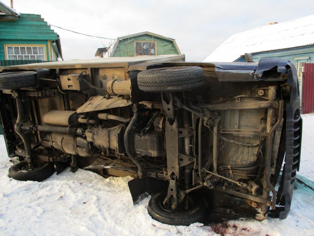 В Ярославской области перевернувшийся грузовик снес дорожные знаки и забор: водитель пострадал
