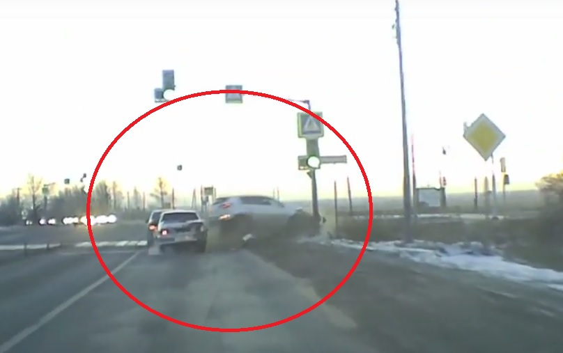 На окружной дороге в Ярославле внедорожник снес светофор и повредил два автомобиля: видео