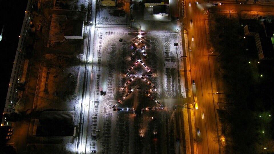 В Рыбинске автомобилисты устроили новогодний флешмоб и выстроили машины в форме елочки