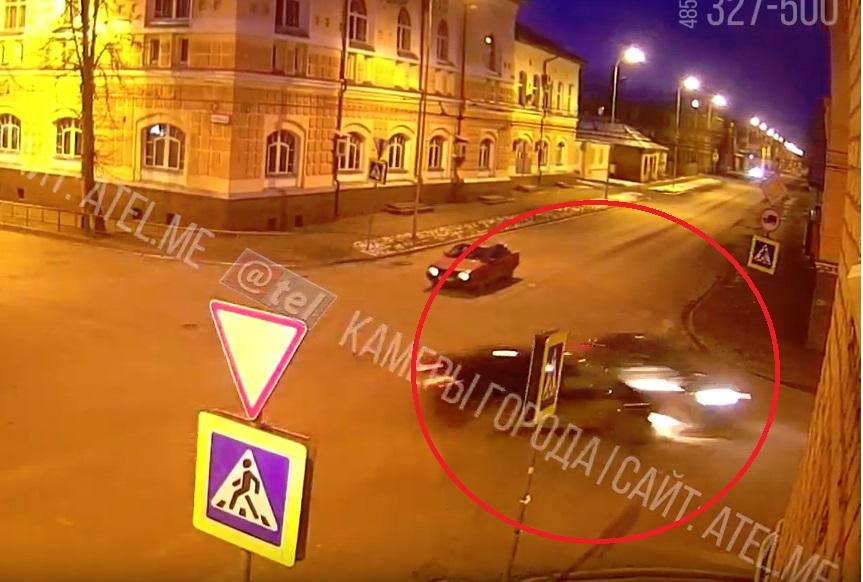 Учебная машина попала в ДТП в Рыбинске: видео