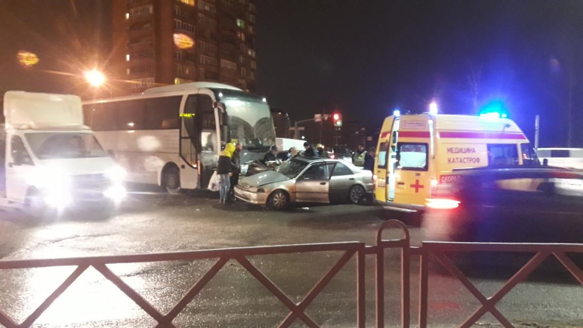 На Московском проспекте пассажирский автобус столкнулся с легковушкой: пострадали люди