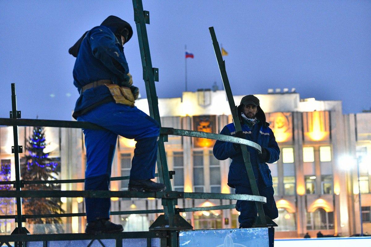 На Советской площади начали устанавливать главную елку Ярославля