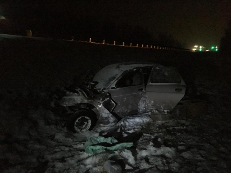 На трассе М8 «десятка» протаранила дорожное ограждение и вылетела в кювет: двое пострадавших