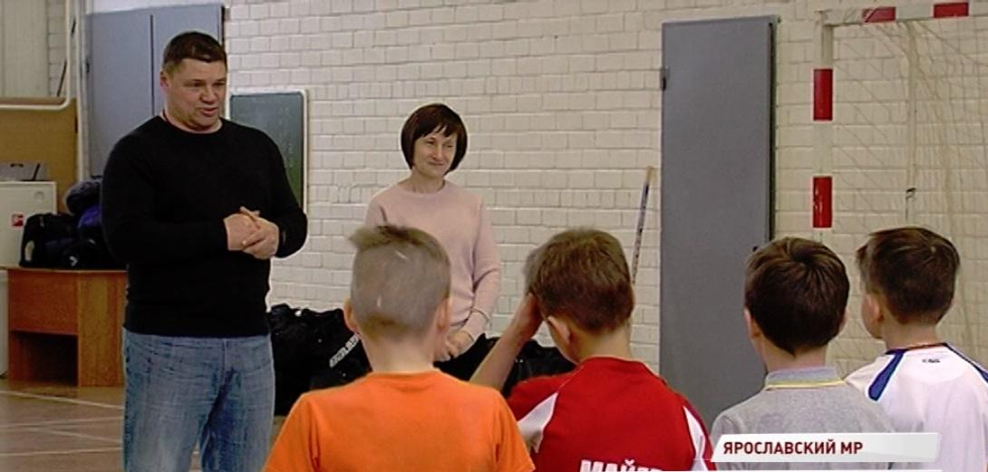 Андрей Коваленко вручил ребятам из Туношны хоккейную экипировку