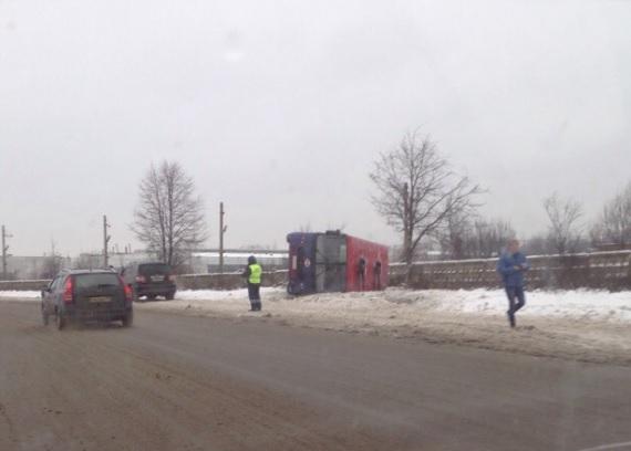 Крупное ДТП в Ярославле: одна маршрутка перевернулась, а другая врезалась в забор