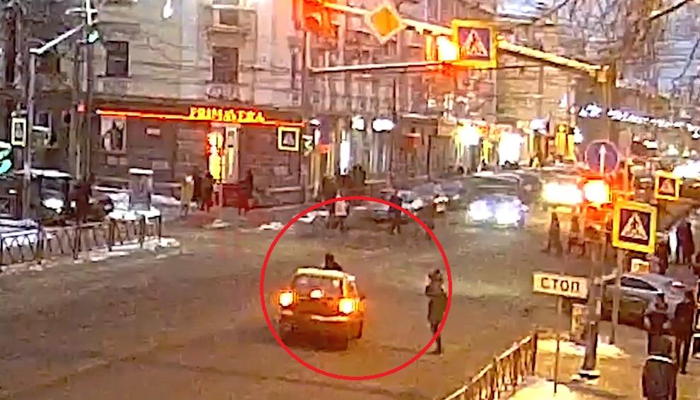 Появилось видео аварии в центре Ярославля, где иномарка сбила женщину с ребенком