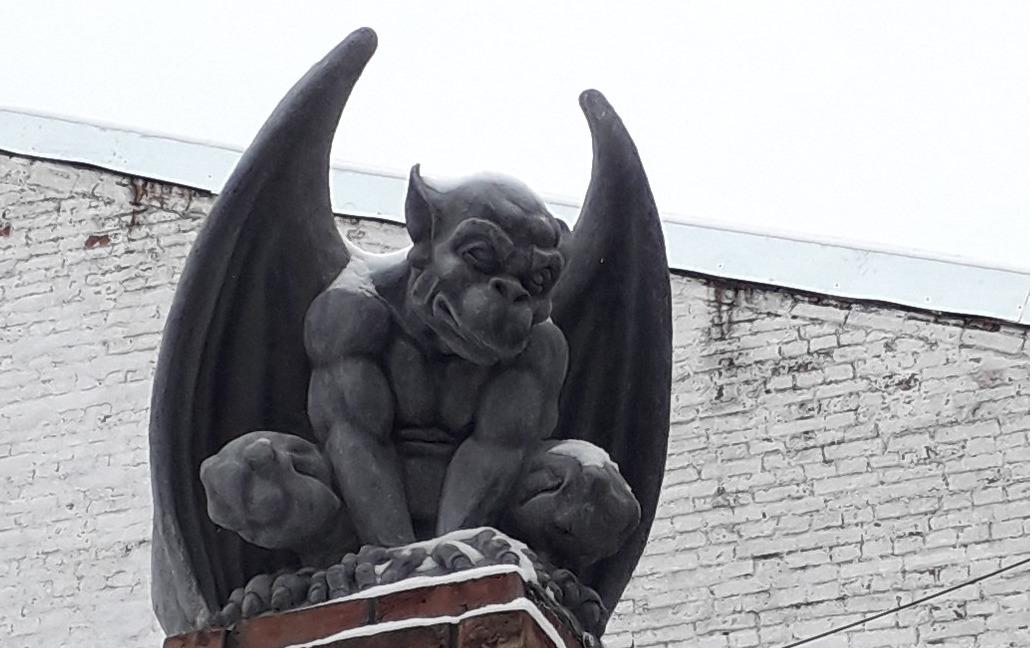 На здании в центре Ярославля появились гаргульи: фото