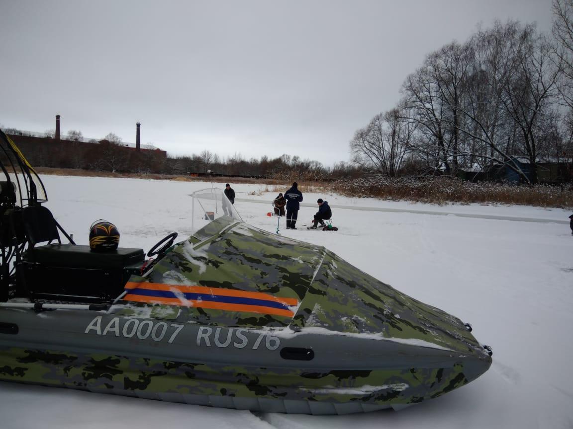 Ярославские спасатели вытащили из Волги провалившегося под лед мужчину