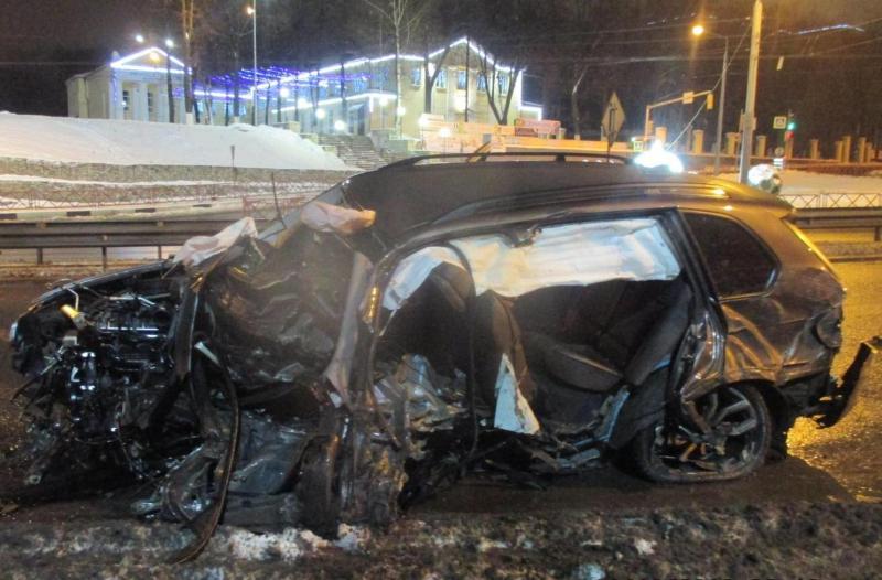 На Московском проспекте в Ярославле БМВ врезался в отбойник: водитель погиб
