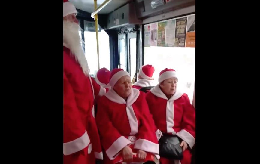 Рыбинские бабушки устроили песенный флешмоб в городских автобусах: видео