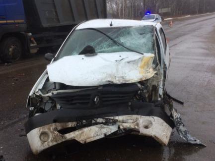 Под Ярославлем легковушка столкнулась с самосвалом: двое пострадавших