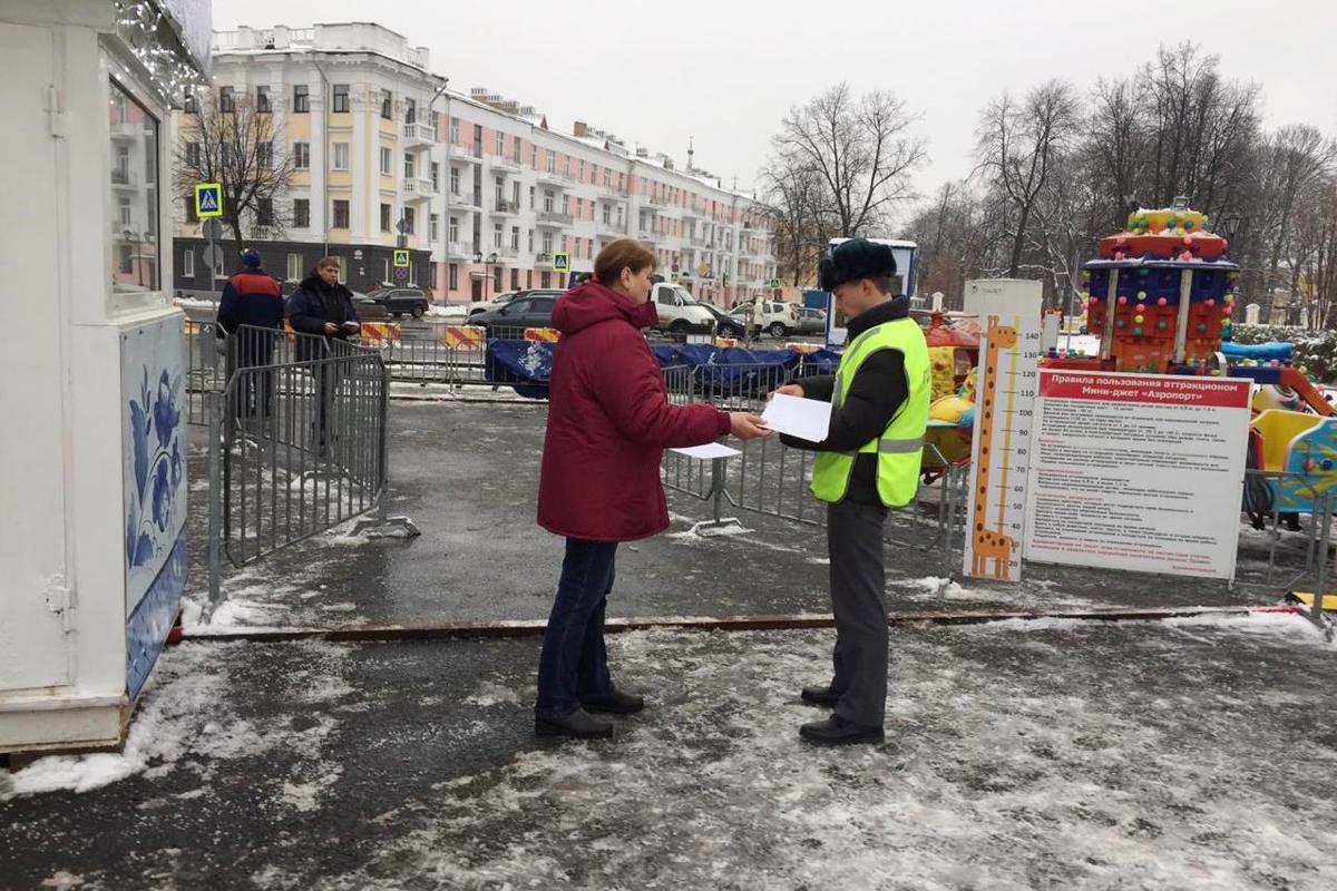 На главной площади Ярославля проверили новогодние аттракционы