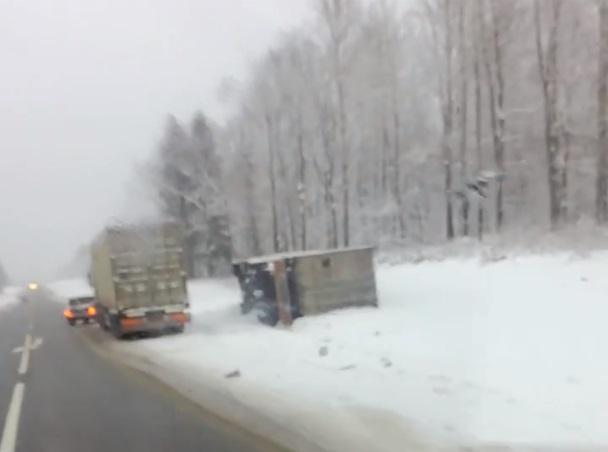 В Ярославской области грузовик перевернулся после столкновения с «Фордом»: пострадал человек