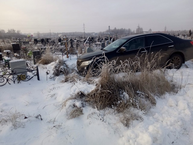 В Ярославле двое пьяных на иномарке разворотили Осташинское кладбище