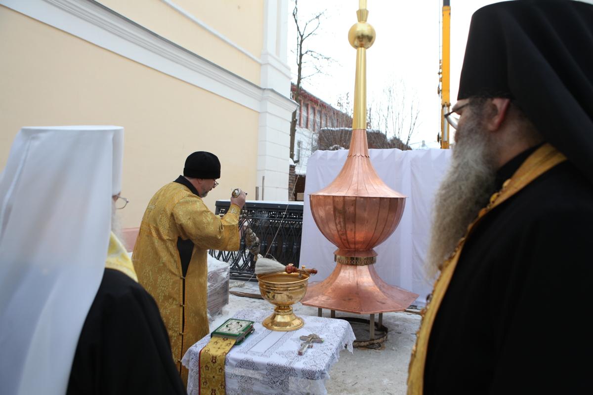 На колокольне Кирилло-Афанасиевского монастыря установили купол: фото