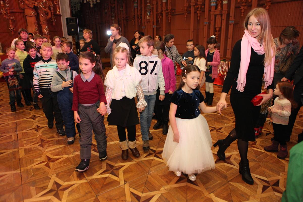 Около полутора тысяч детей побывали на губернаторской елке: фото