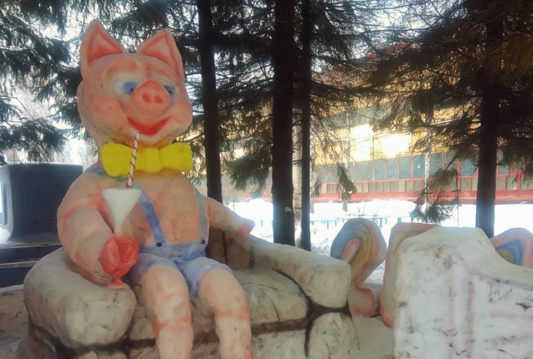 Свиньи и паровозы: ярославцы лепят оригинальных снеговиков – фото