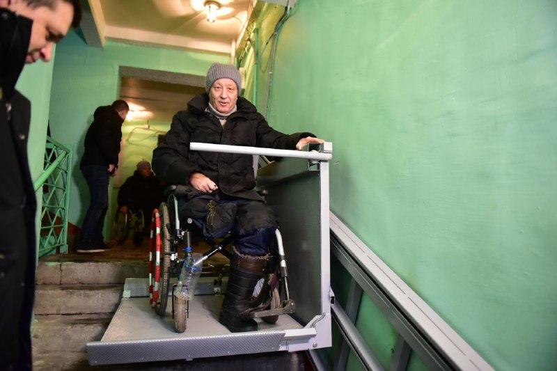 В Ярославле устанавливают электрические подъемники для инвалидов в подъездах