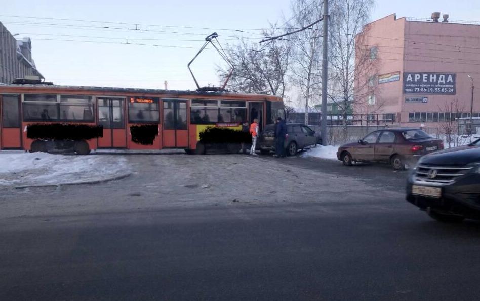 В Ярославле трамвай протаранил легковушку: фото