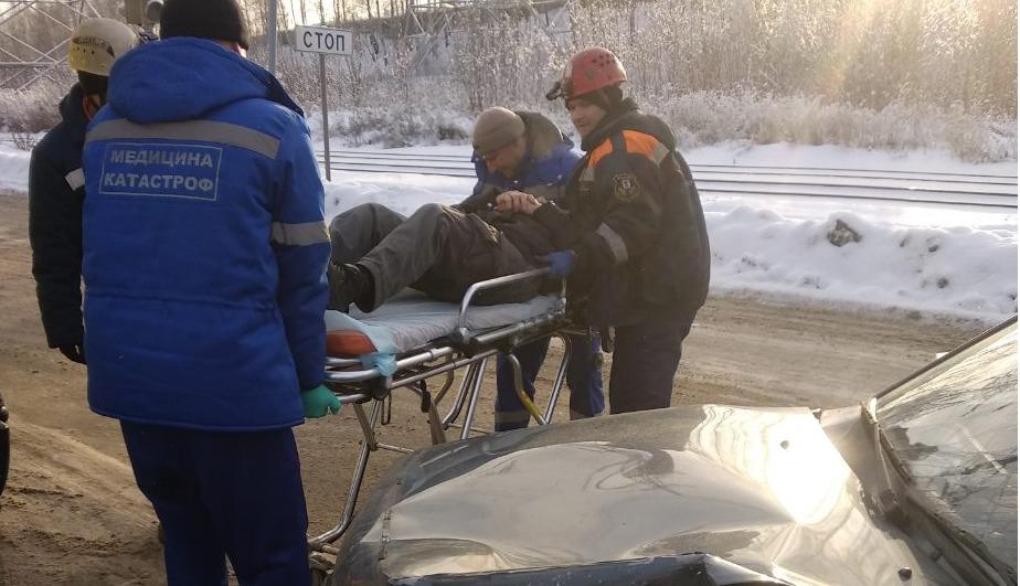ДТП в Ярославле: спасатели разрезали машину, чтобы вытащить водителя