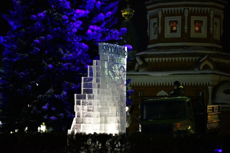 В центре Ярославля к Новому году установили ледяной барельеф