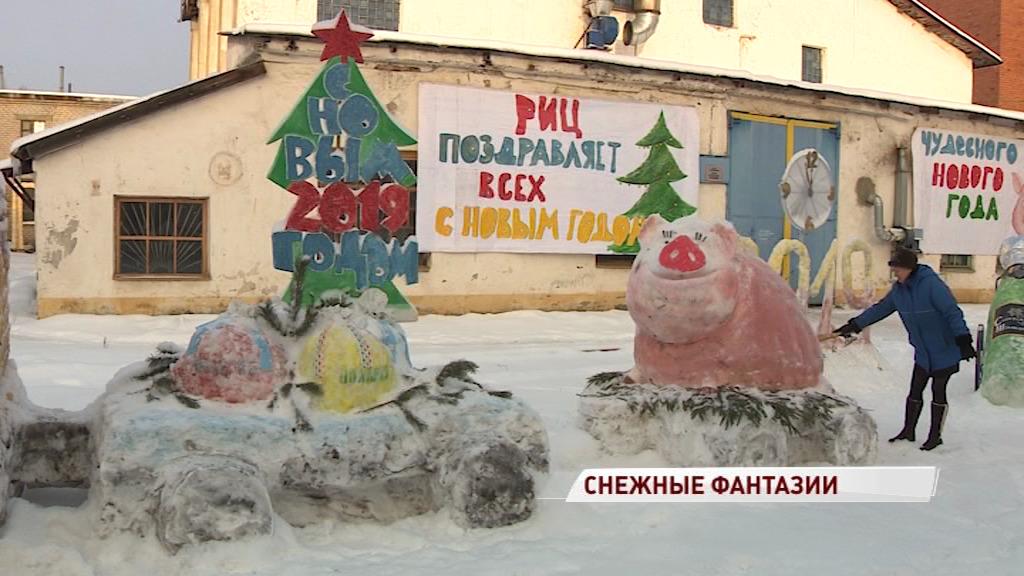 Ярославские рабочие создали снежный городок: видео
