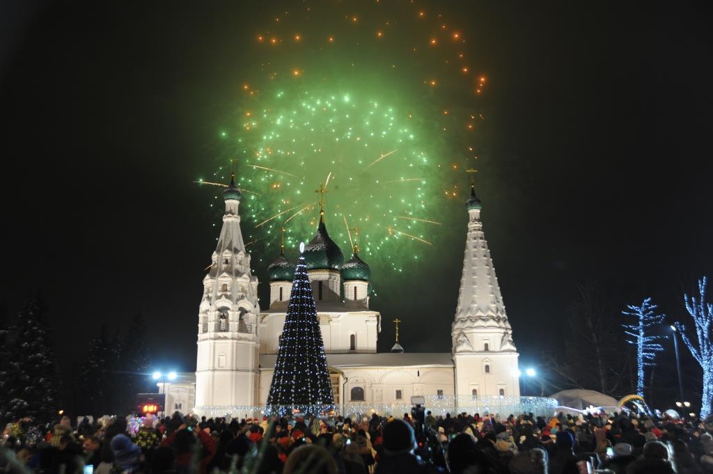 Тысячи ярославцев встретили Новый год на Советской площади: фото