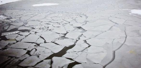 В Ярославле КамАЗ провалился под лед: водитель погиб