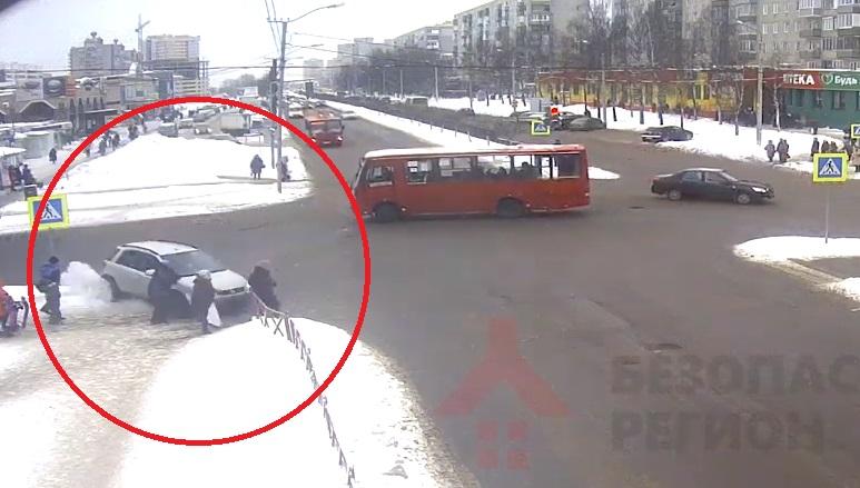 Опубликовано видео ДТП с участием маршрутки и легковушки в Ярославле
