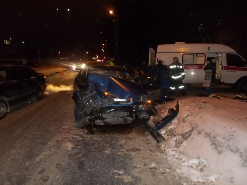 В результате столкновения BMW и Chevrolet в Рыбинске пострадала женщина