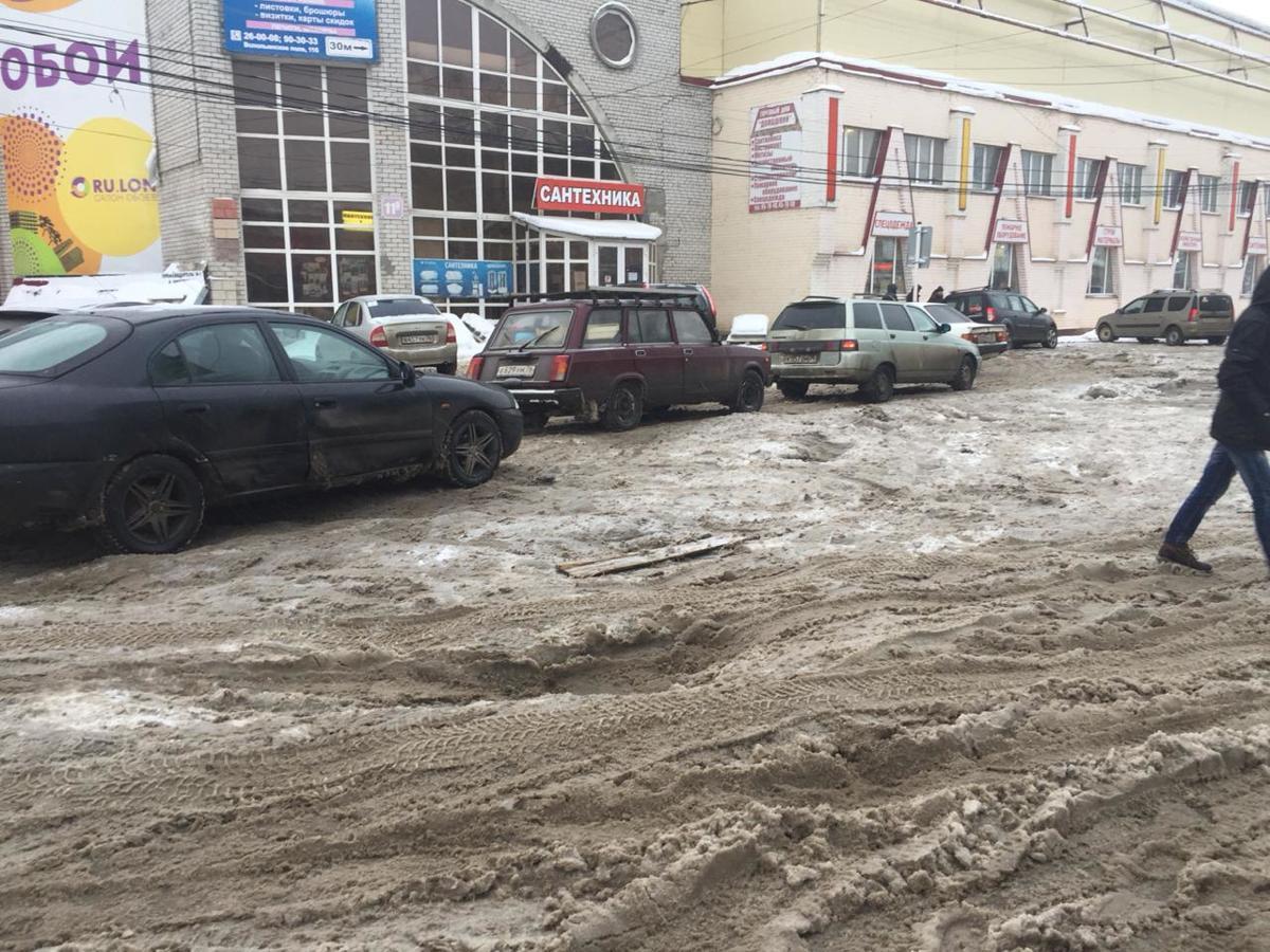 Строительный рынок на Всполье затопило водой: шок видео