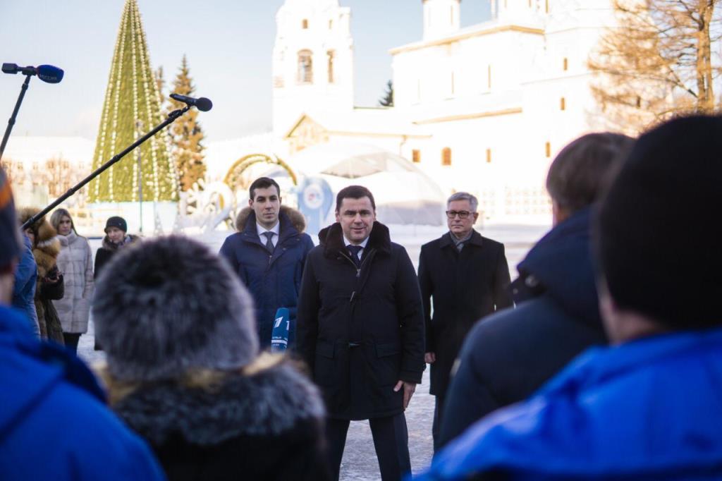 Ярославским медикам передали 9 скорых, 7 ФАПов и один флюорограф