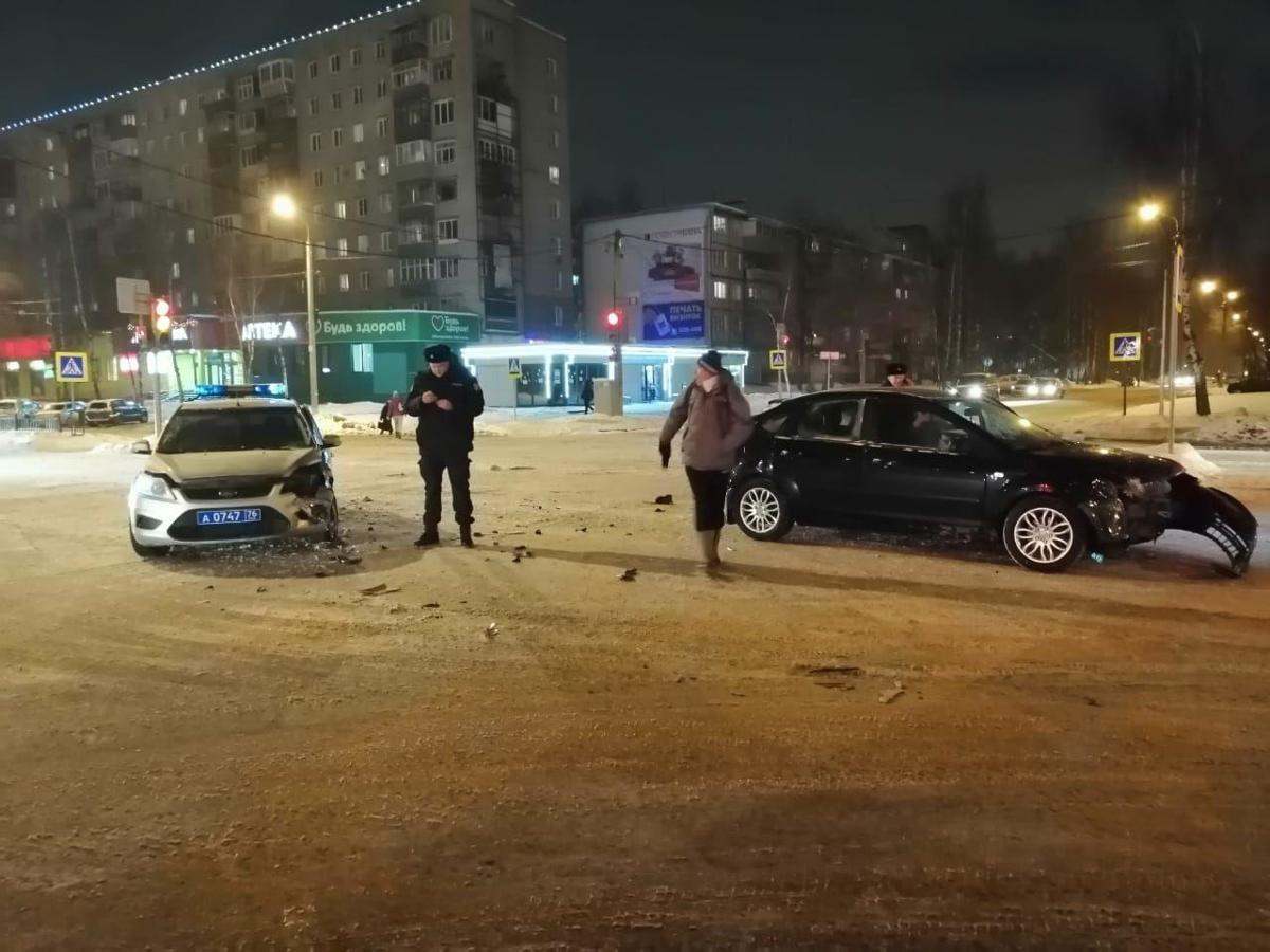 В Ярославле полицейская машина столкнулась с иномаркой