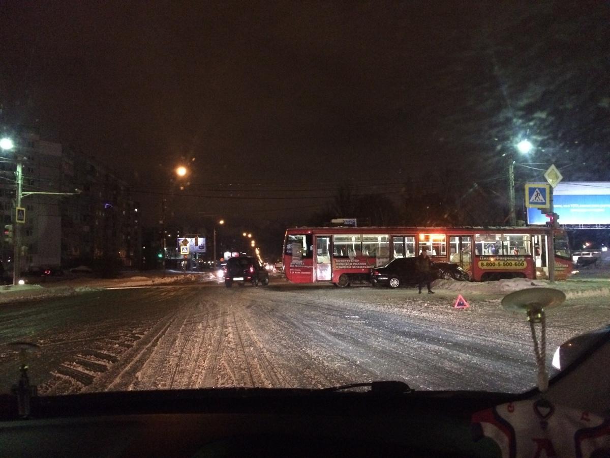 В Ярославле трамвай столкнулся с легковушкой