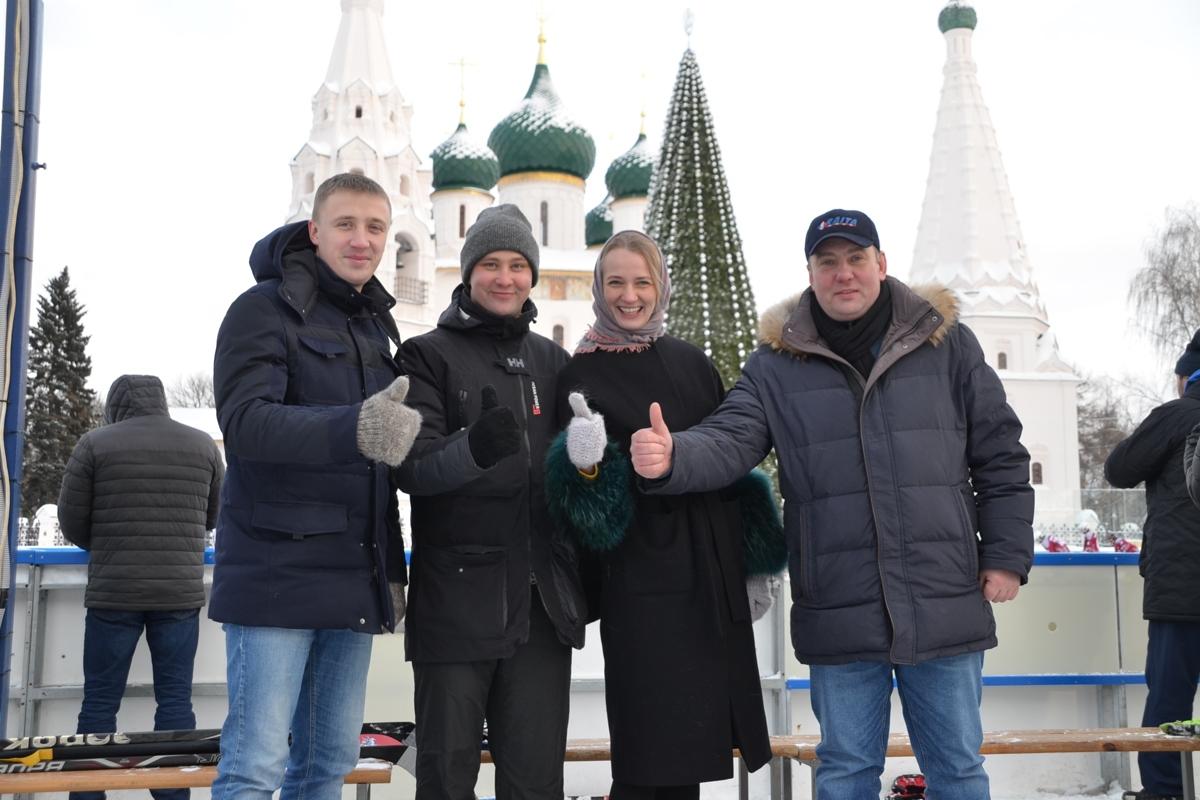 Юношеские сборные Москвы и Ярославской области провели товарищеский хоккейный матч на Советской площади
