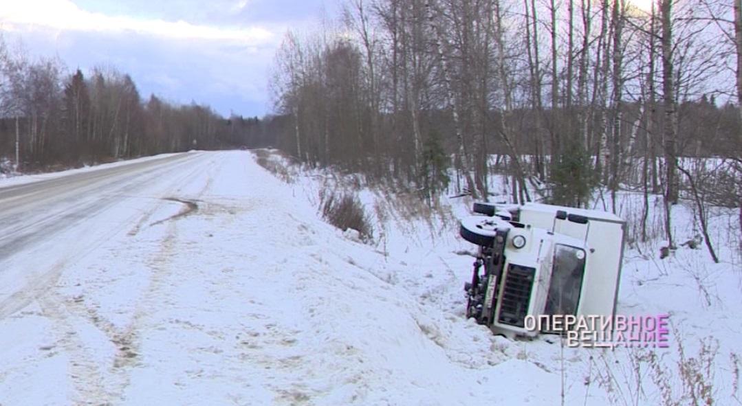 Два человека пострадали при опрокидывании фургона в Ярославской области
