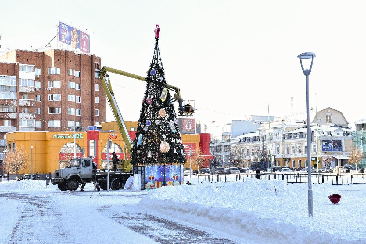 В Ярославле начали демонтировать новогодние украшения