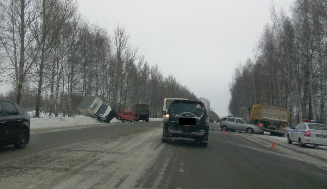 Пять автомобилей столкнулись на въезде в Ярославль