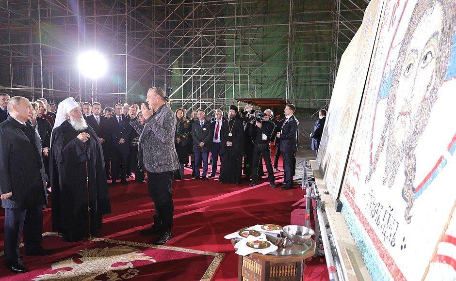 Ярославский художник представил Владимиру Путину мозаику на храме в Белграде