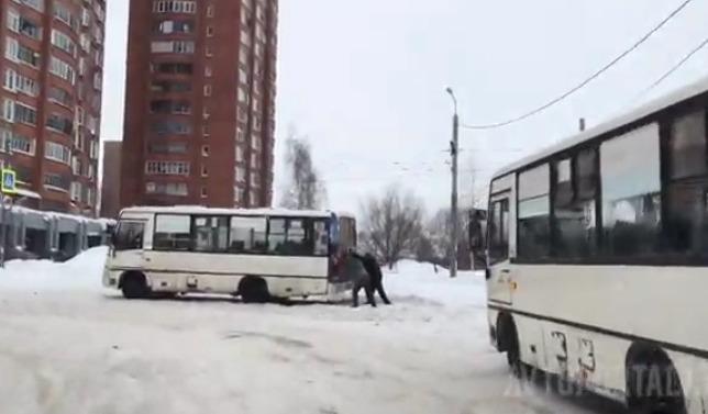В Ярославле пассажиры выталкивают общественный транспорт из сугробов