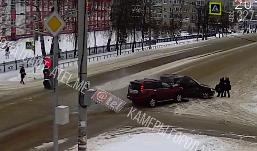 В сети появились кадры ДТП в Рыбинске, где внедорожник вылетел на пешехода