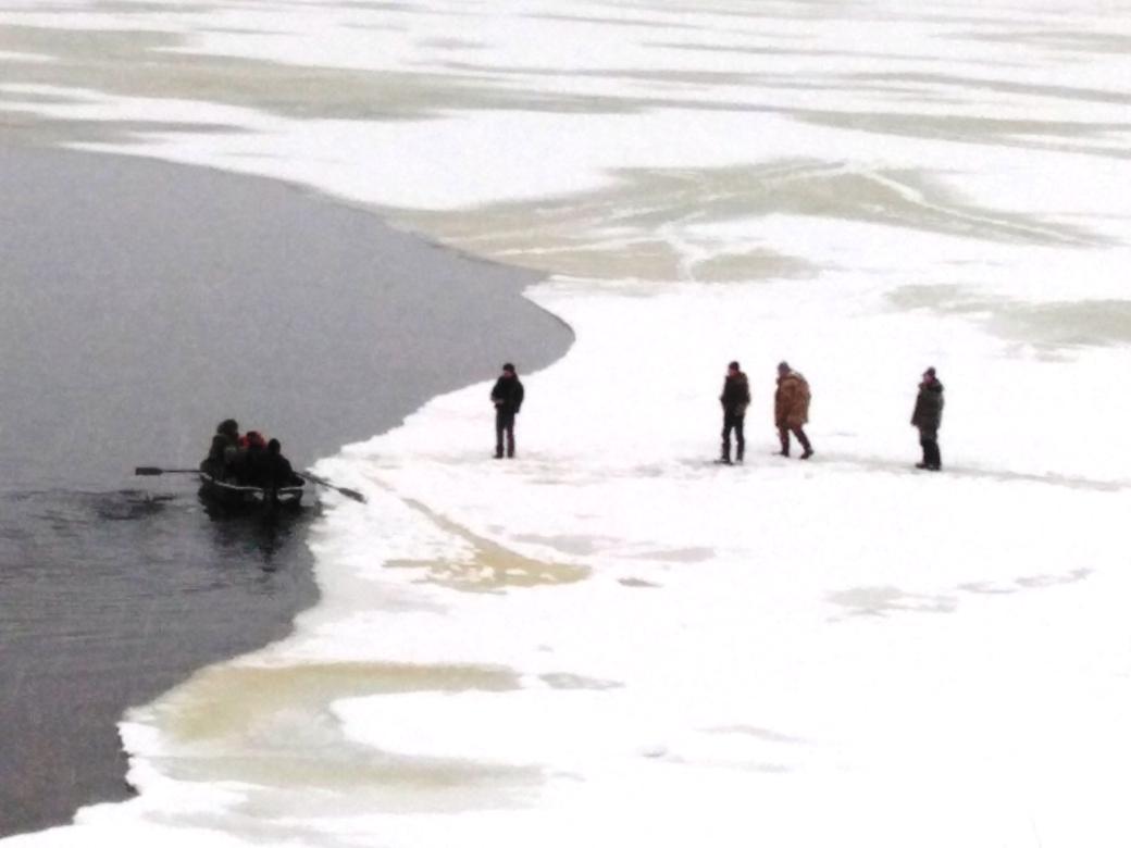 В Ярославской области рыбаков отнесло на льдине
