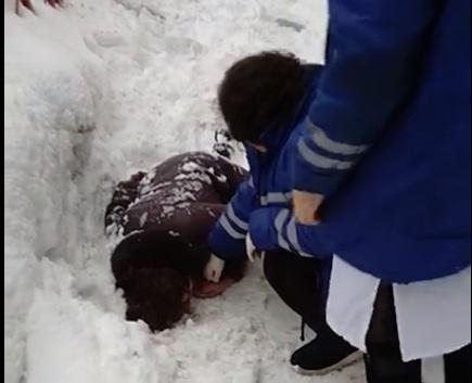 На женщину в центре Ярославля упала глыба снега: видео