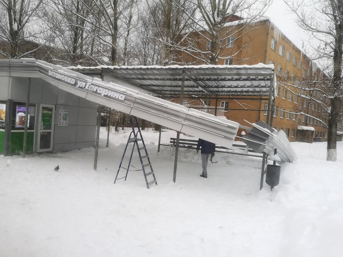 В Ярославле под тяжестью снега сломался козырек остановки