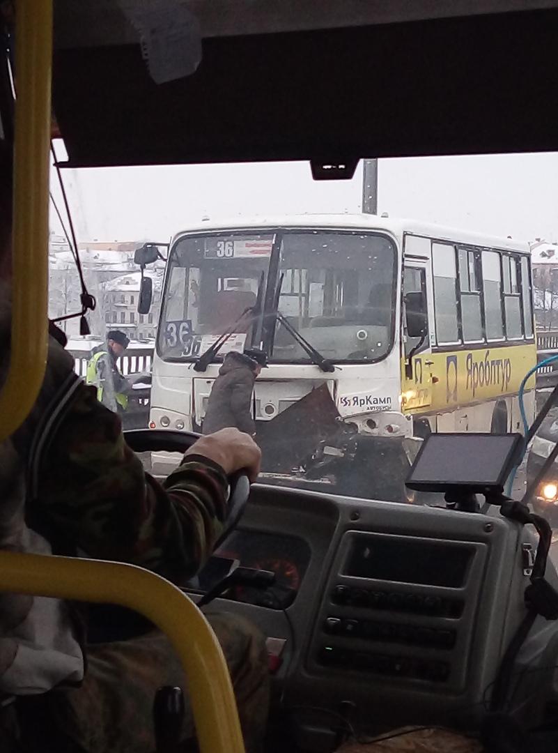 Тройное ДТП с участием маршрутки и такси произошло на Октябрьском мосту